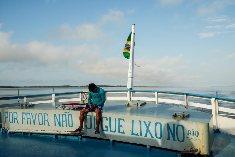 Sur le pont du bateau voguant sur l'Amazone. Brésil.