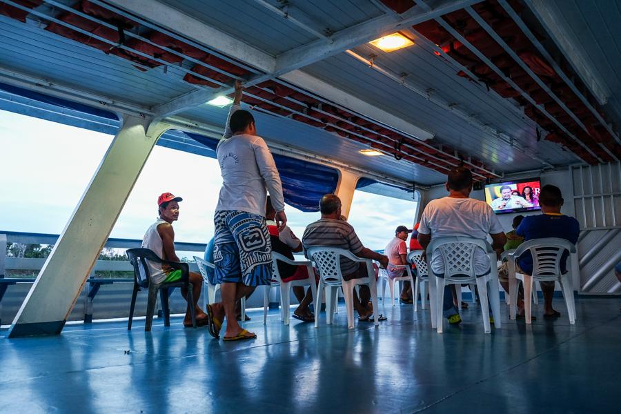 Télévision sur le pon du bateau Pérou - Manaus. Brésil.