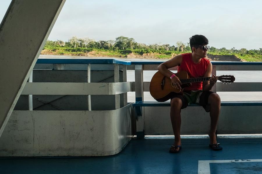 Joueur de guitare sur le fleuve Amazone. Brésil.