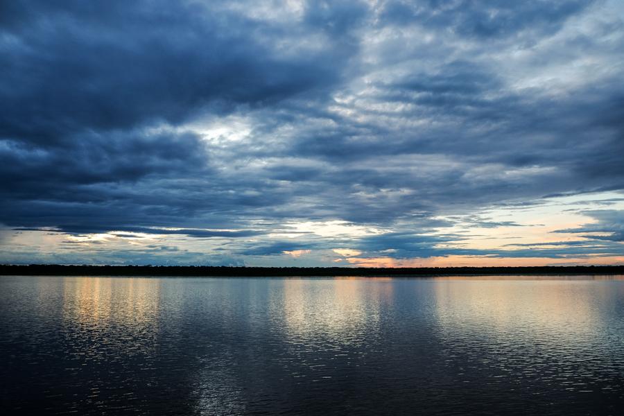 Rayons de lumière sur l'Amazone au Brésil.