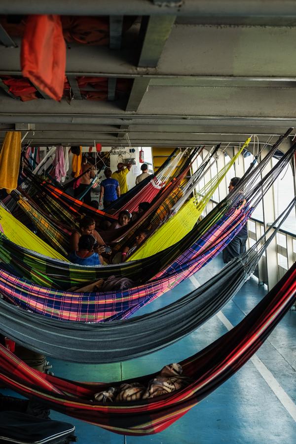 Les hamacs alignés sur le bateau descendant l'Amazone. Brésil.
