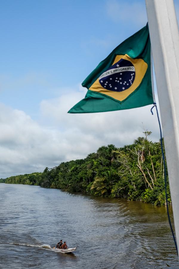 Barque suivant le bateau sur lAmazone au Brésil.