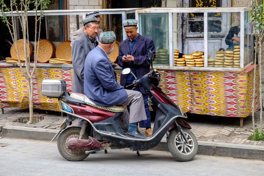 Gang de Ouïghours dans les rues de Kashgar, Chine.