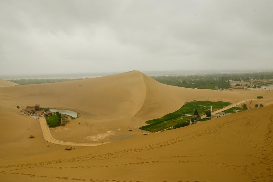 L'envers du décor des dunes de Dunhuang, Chine.