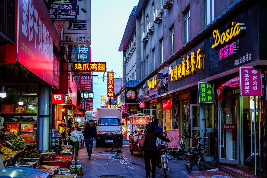Dans les rues de Jiayuguan, en Chine.