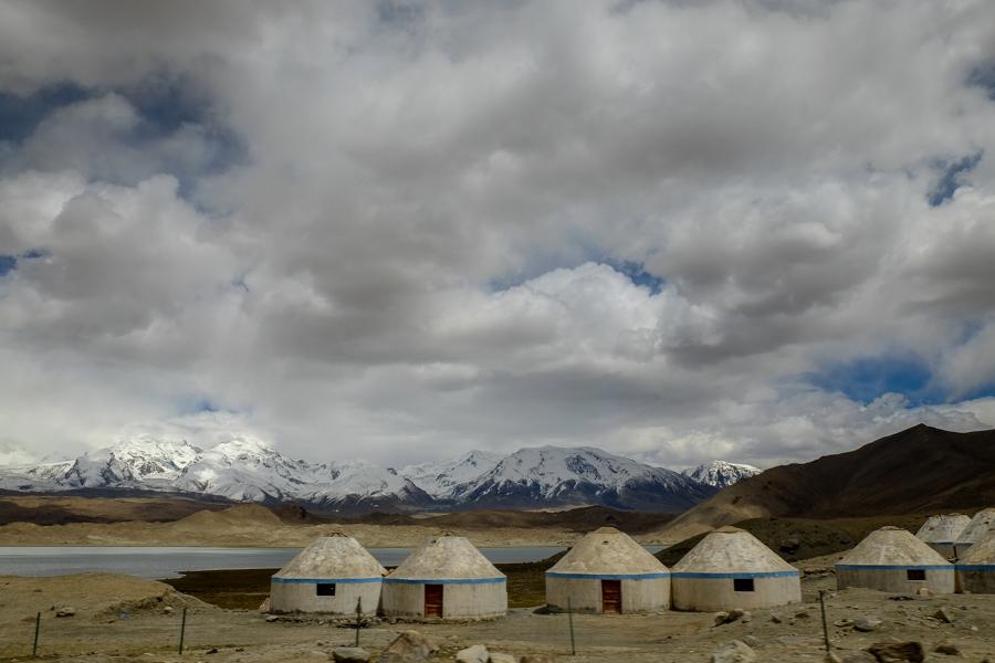 Yourtes du lac Karakul sur la Karakoram Highway, en Chine.