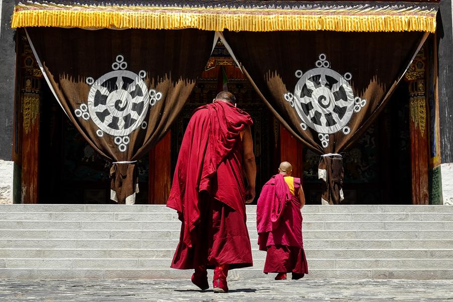 Moines tibétains se rendant au monastère de Longwu. Tongre, Amdo, Chine.