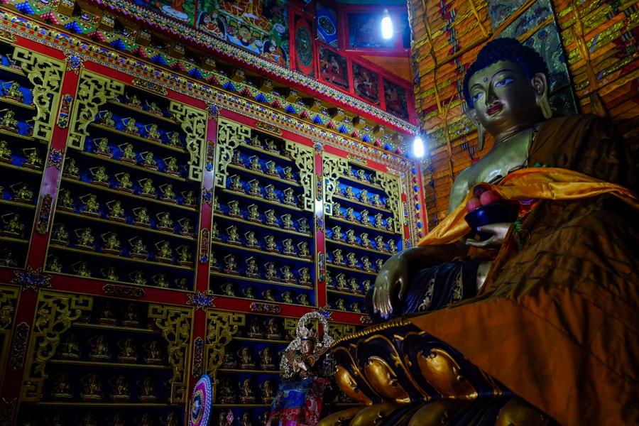 A l'intérieur d'un temple bouddhiste tibétain, près de Tongre, Chine.