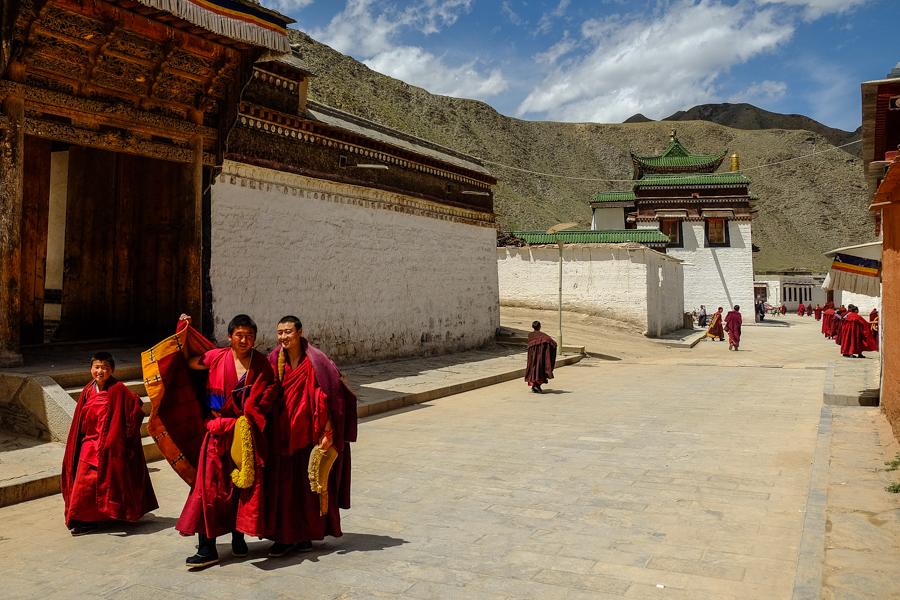 Dans les rues du monastère de Labrang, Xiahe, Chine.