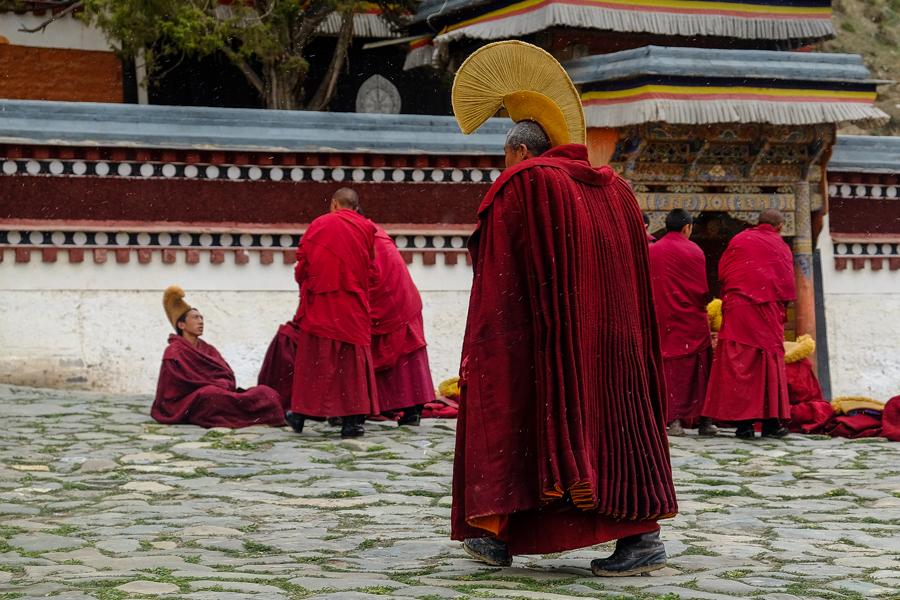 Moine de la secte des bonnets jaunes, à Xiahe, Amdo, Chine.