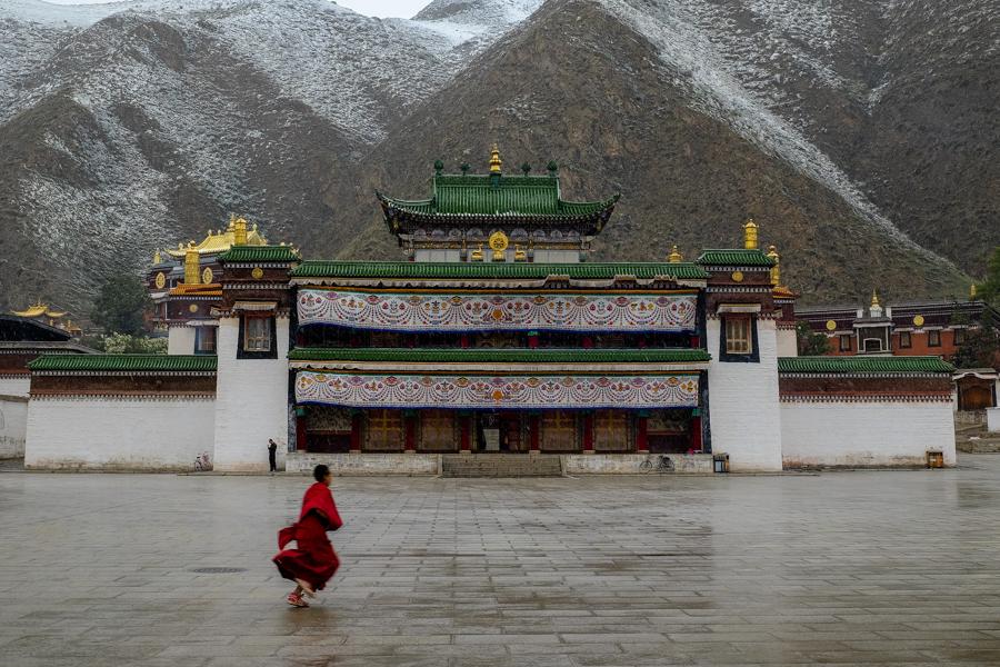 Jeune moine sous la neige au monastère de Labrang, Xiahe, Chine.