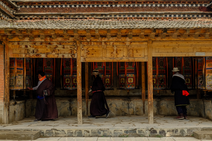 Pélerins faisant tourner les moulins à prière à Labrang, Tibet chinois.