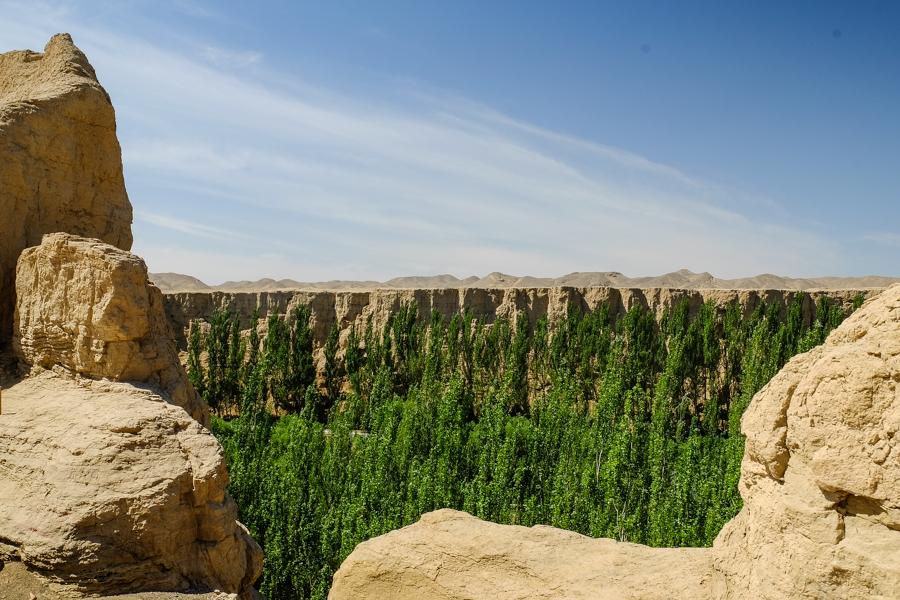 Le canyon vu des ruines de Jiahoe, autour de Turpan, en Chine.