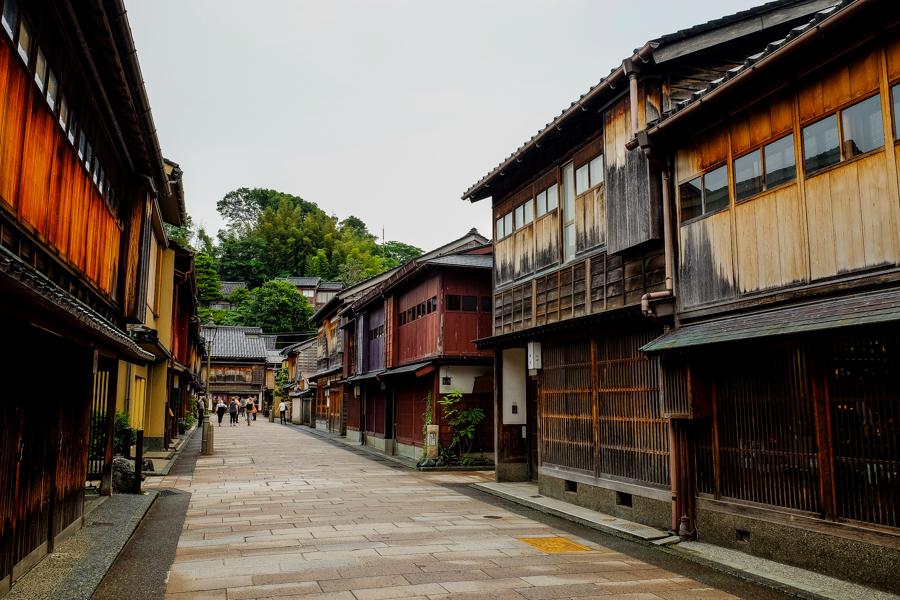 Les rues du quartier de Nishi Chaya, à Kanazawa au Japon.