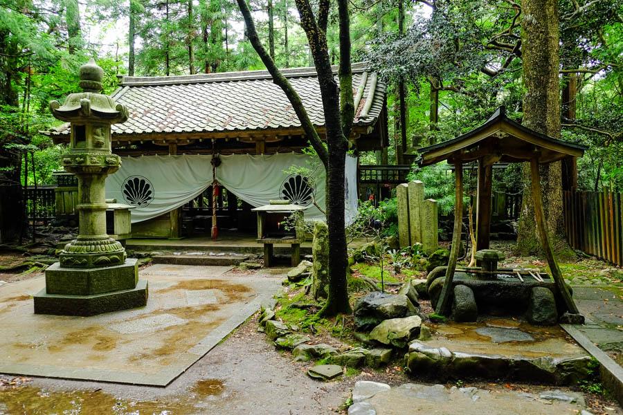 Temple dans la forêt de Kibune, sur le chemin de Kurama. Japon.