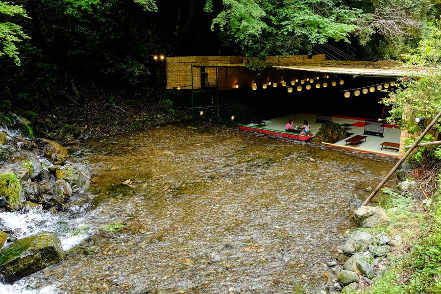 Restaurant traditionnel sur l'eau à Kibune, Japon.
