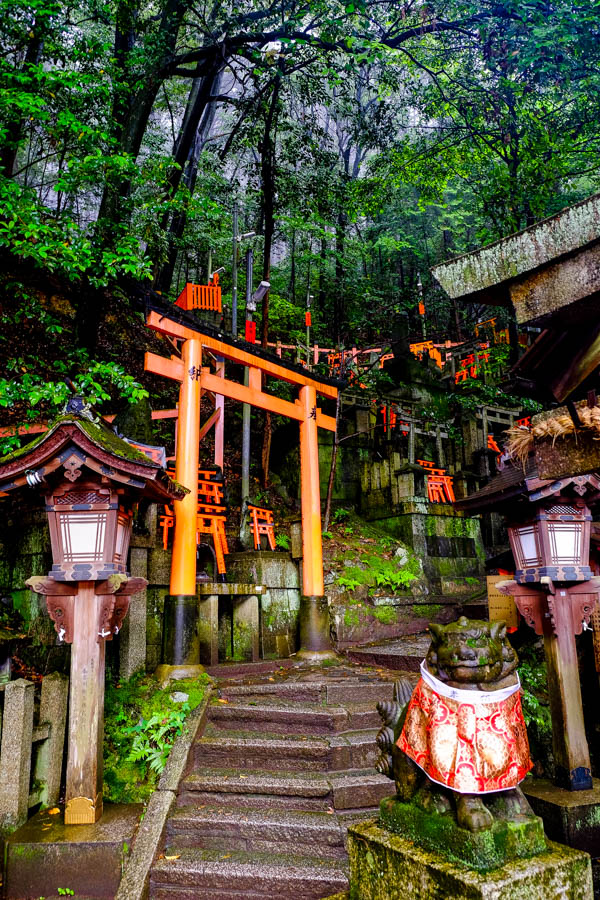 Temples dans la forêt de Fushimi Inari, Kyoto, Japon.