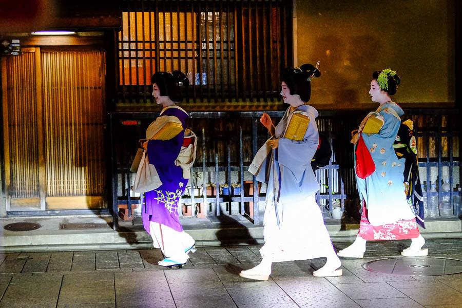 Geishas dans le quartier de Gion, Kyoto, Japon.