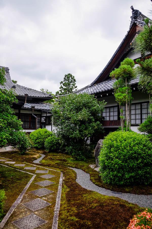 Temple et jardin près de Kyoto, au Japon.