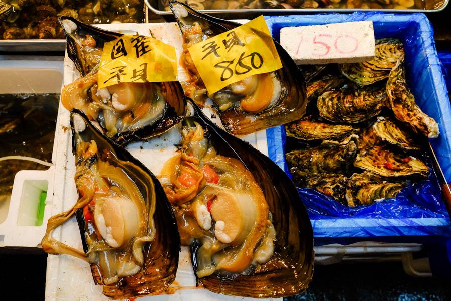Moule géante au marché de Tsukiji à Tokyo