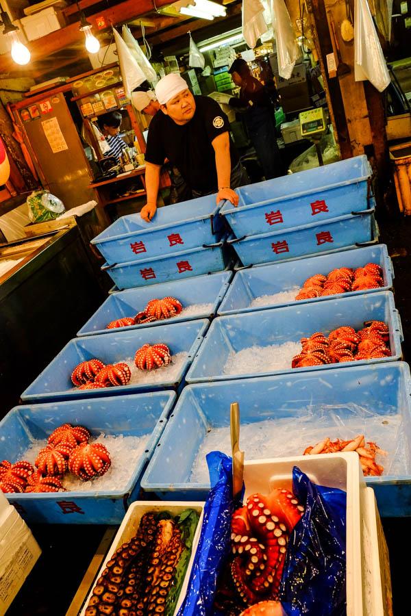 Vendeur de pieuvre au marché de Tsukiji, Tokyo, Japon.