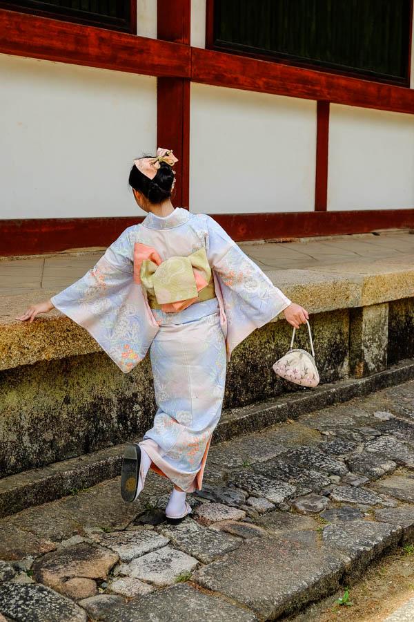 Jeune geisha dans un temple d'Osaka, Japon.