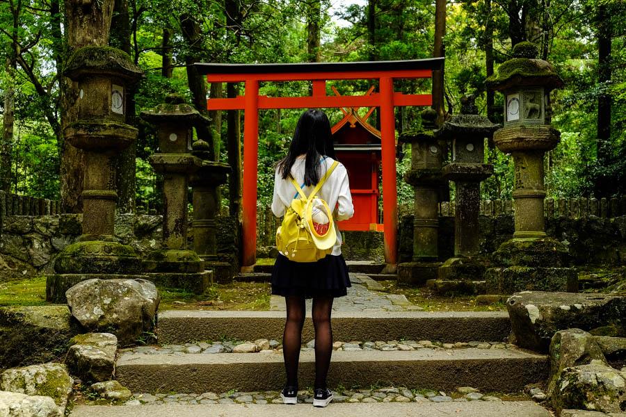 Jeune fille de dos dans un temple japonais.
