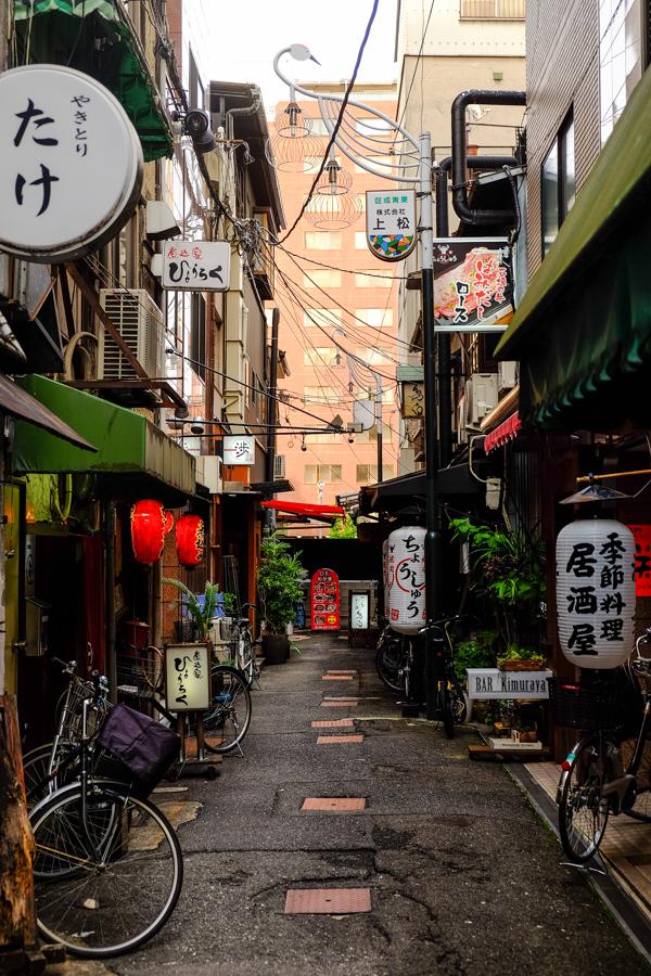 Une ruelle typique au coeur d'Osaka, Japon.