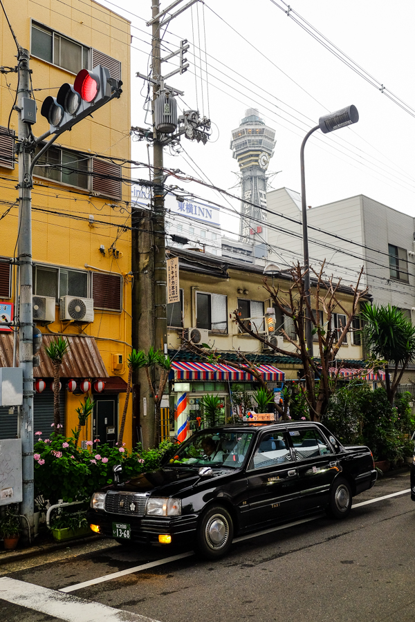 Taxi dans le quartier de Shinsekai, Osaka, Japon.