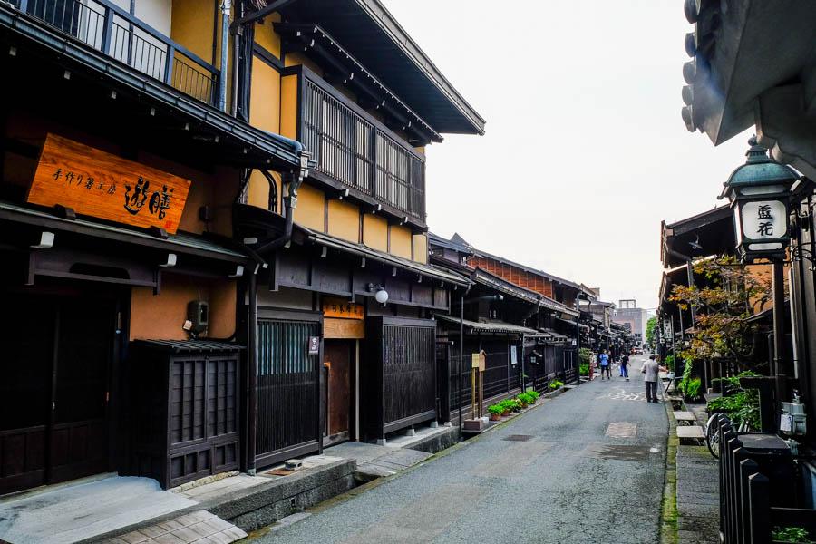 Rue typique de Takayama, au Japon.