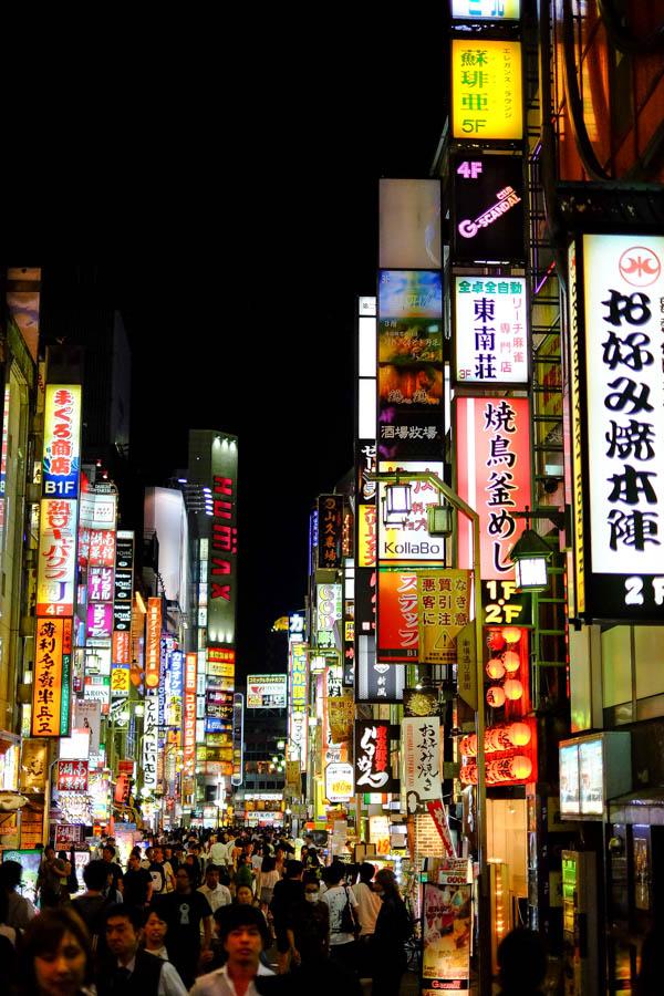 Rue typique de Tokyo la nuit, Japon.