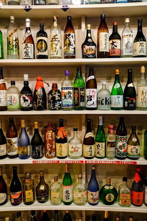 Collection de bouteilles de sake au Sake Plaza de Tokyo, l'une des activités à petit budget de la ville.