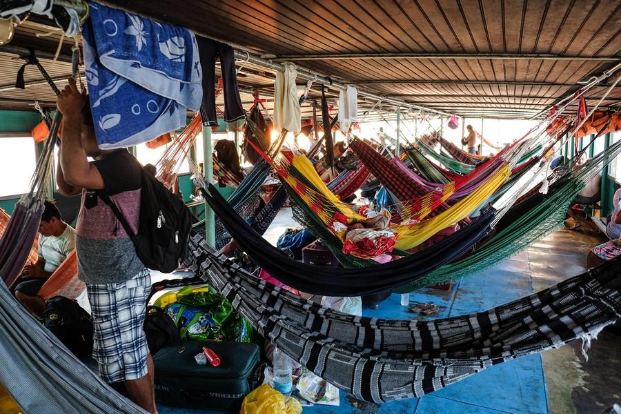 Sur le pont du bateau, les hamacs s'installent. Iquitos, Pérou.