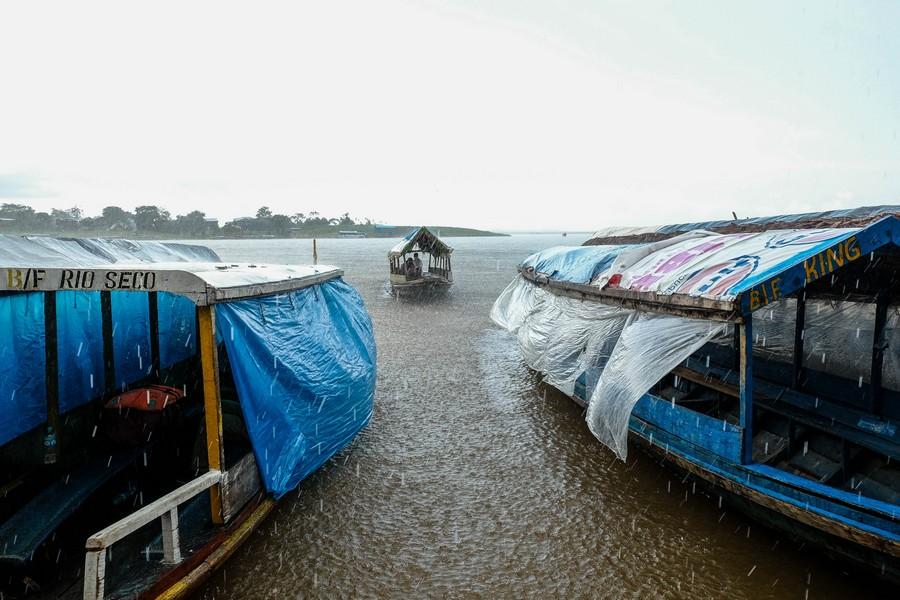 Averse quotidienne sur l'Amazone, Pérou.