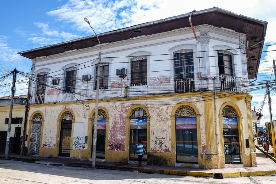 Ancien bâtiment colonial dans les rues d'Iquitos, Pérou.