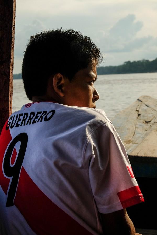 Jeune garçon péruvien voguant sur l'Amazone. Iquitos.