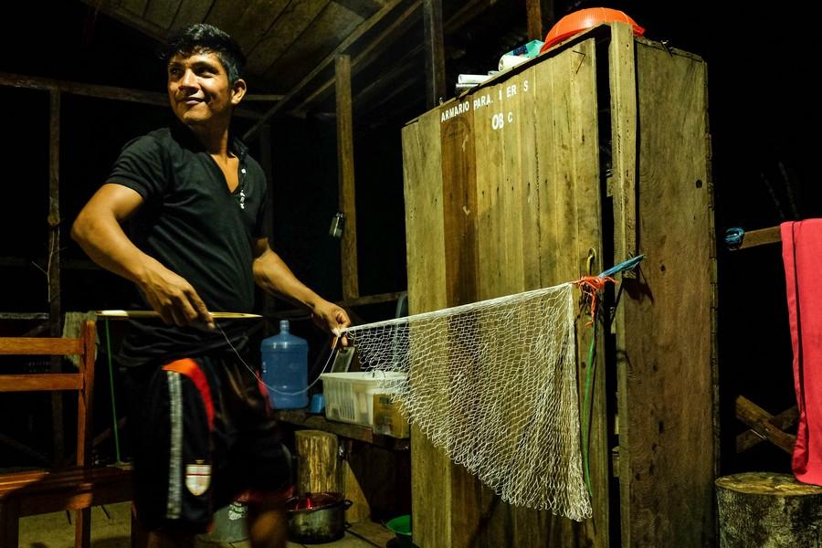L'un des gardes-forestiers de la réserve. Tricoter un filet de pêche pour s'occuper pendant les longues soirées dans la jungle...