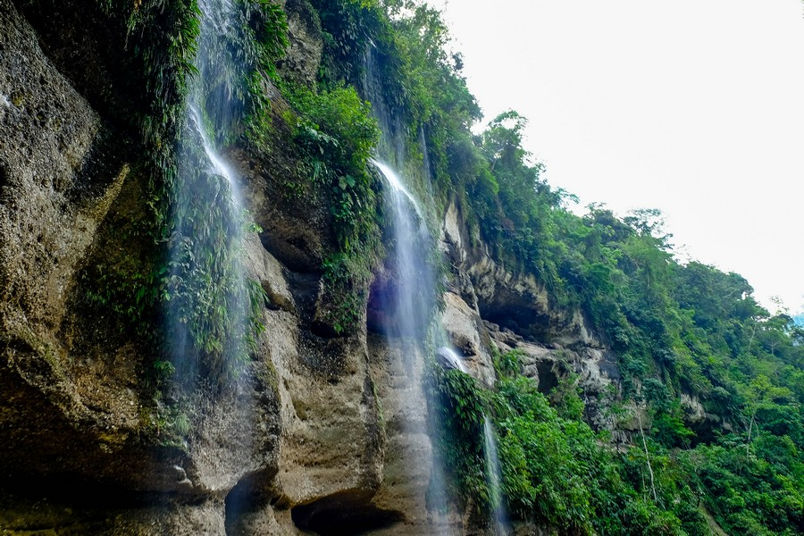 Cascade dans la jungle près de Juanjui au Pérou.