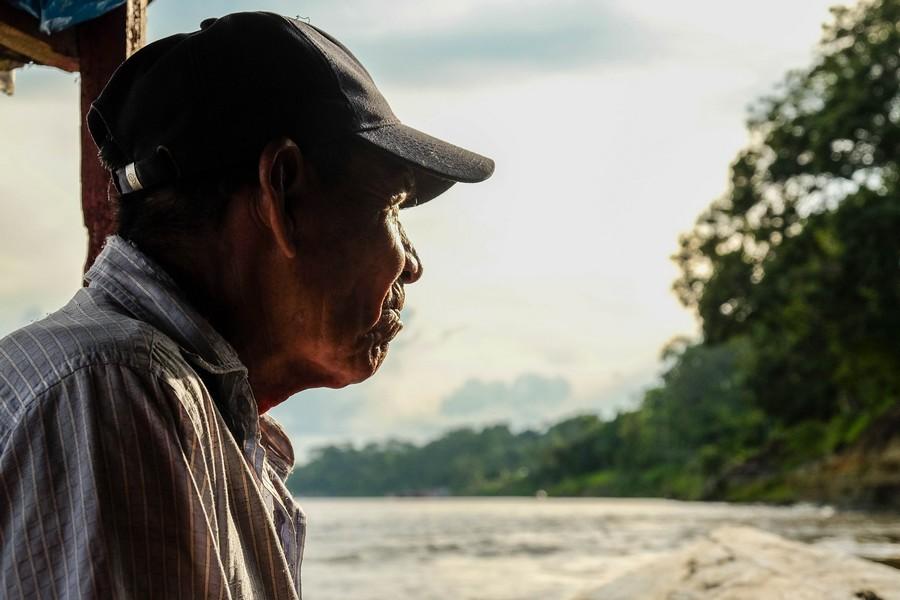 Batelier sur l'Amazone, Iquitos, Perou.