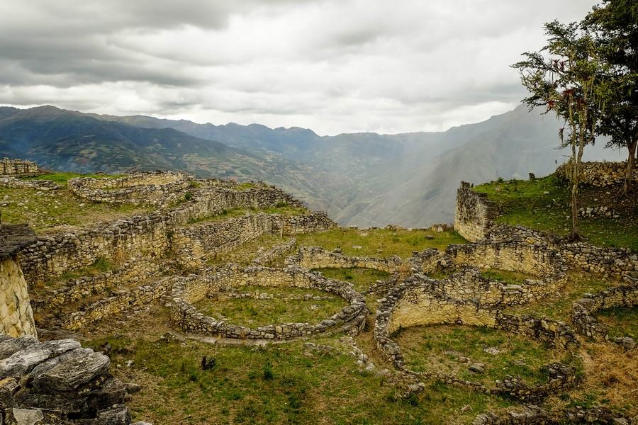 En haut de la forteresse de Kuelap, Perou