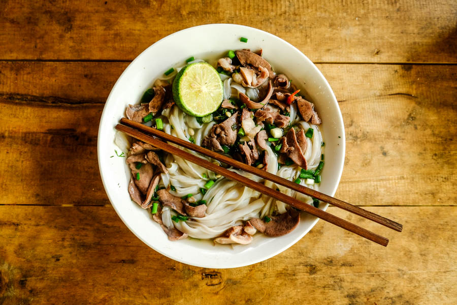 Phô vietnamien: un bouillon, des pâtes, une viande et des herbes.