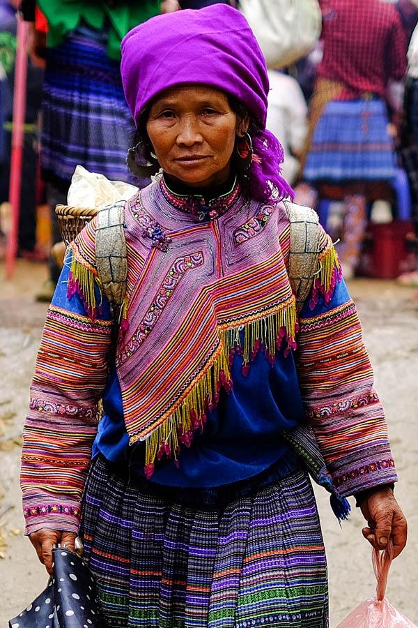 Femme de la tribu Hmong au marché de Coc Ly, Vietnam.