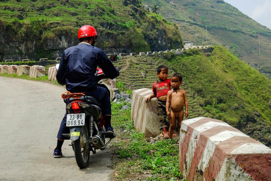 Le Ma Pi Leng Pass en moto dans le nord du Vietnam sur le plateau de Dong Van.