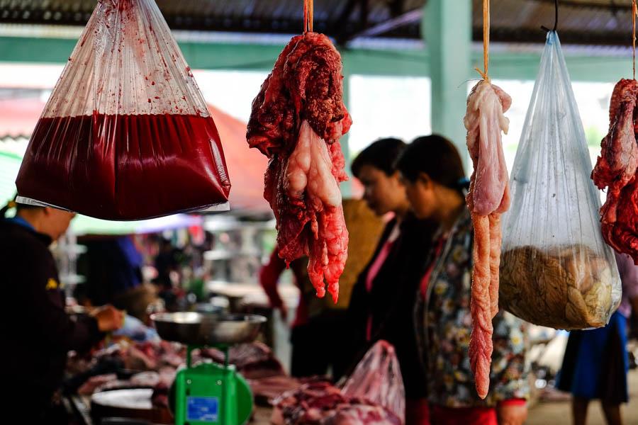 Tripes et sang au marché de Don van, Vietnam.