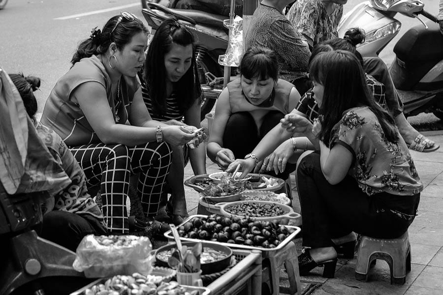 Repas traditionnel à Hanoï : sur des mini-tabourets.