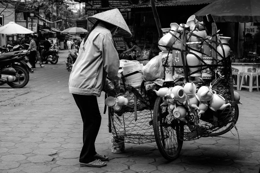 Vendeuse de porcelaine à vélo, Hanoï, Vietnam.