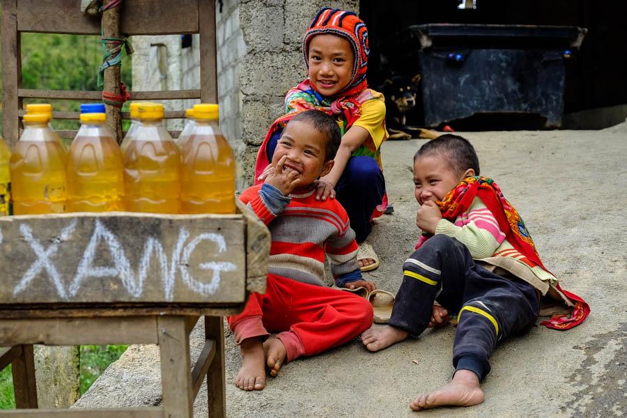 Enfants blagueurs dans le nord du Vietnam.