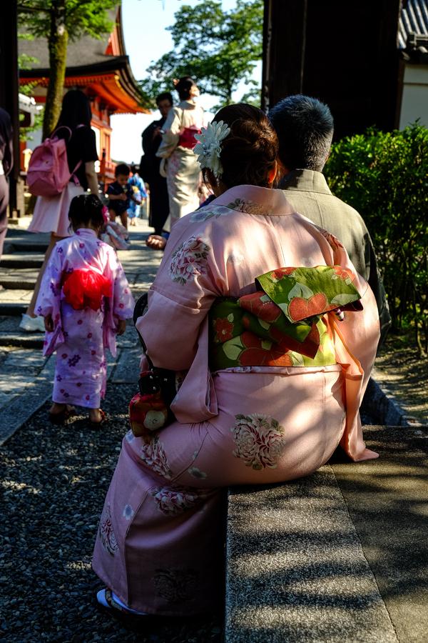 Famille en kimono à Kyoto au Japon.