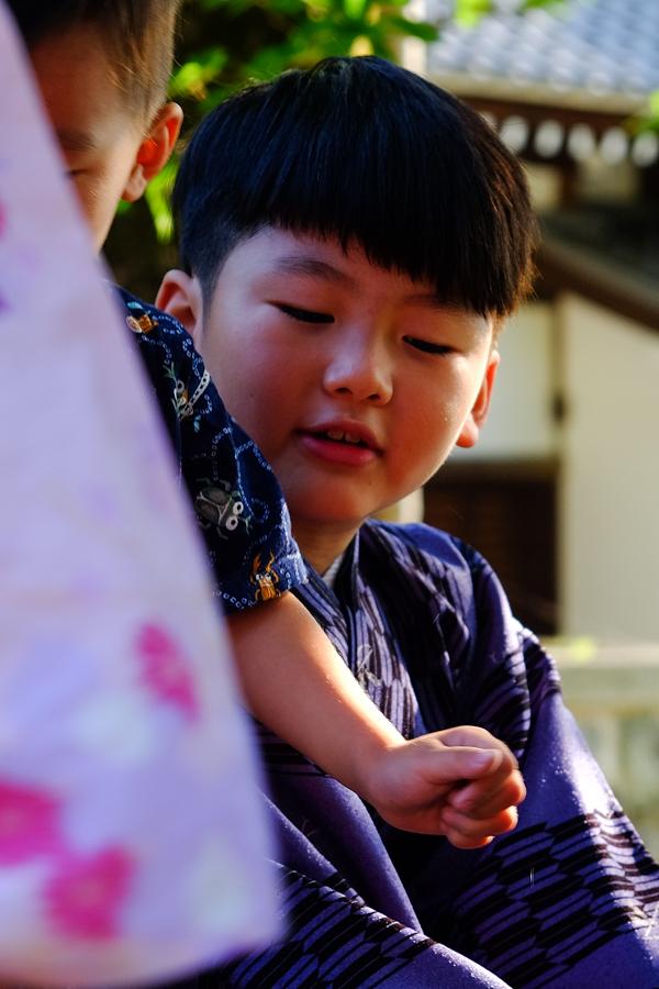 Jeune garçon jouant à Kyoto, Japon.
