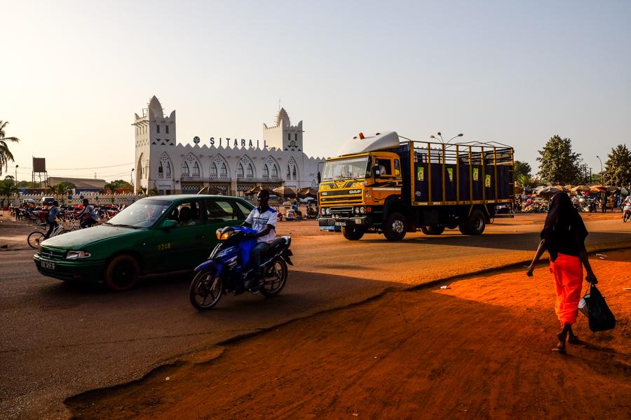 Scène de rue devant la gare de Bobo Dioulasso, au Burkina Faso.